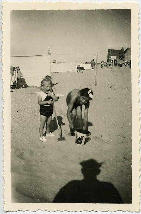 ADORABLE KIDS on BEACH w BUCKET  SPADE & MENACING SHADOW in HAT