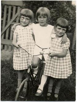 fp1278 (Three Girls One w Bad Eye)