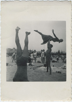 fp6118(Beach_Swimsuits_ManLiftingWoman_Spreadeagle)