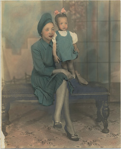 fp6052(Mother&Girl_Black_Bench_TintedBlueDresses)