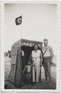fp8793(Nazi-Beach-Family)