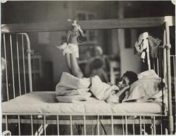 fp6324(Schmidt_PF_Boy_HospitalBed_BrokenLegs_Slings)