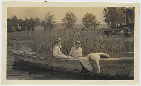 fp4044(Women_Rowboat_DeadSwan)