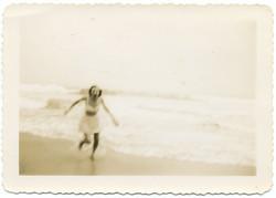 fp2627(WomanRunning_Beach_SoftFocus)
