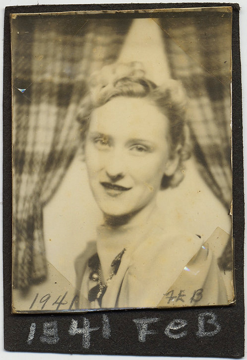 LOVELY PHOTOBOOTH HANDSOME BLONDE WOMAN w CURTAIN BACKDROP CAPTION 1941