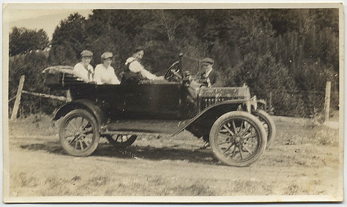 TRAVELING GROUP in VINTAGE CAR