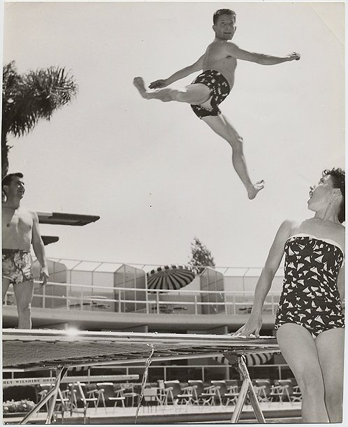 AIRBORNE FLYING JUMPING DIVING MAN SUSPENDED SHOCKS SWIMMERS LEGS SPREAD AWESOME