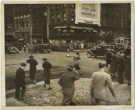 PRESS PHOTO BUSY NEW YORKERS DASH ACROSS 5th Ave & 42nd Street WINDY DAY URBAN