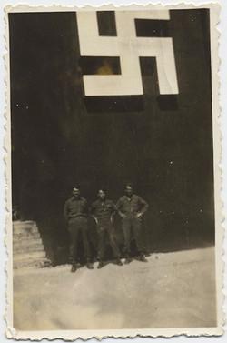 fp4052(ThreeSoldiers_BelowSwastika)