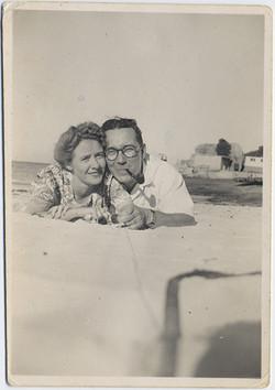 fp6731(Couple_LyingOnBeach_Pipe)