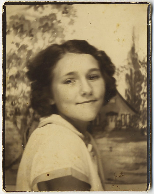 DELIGHTFUL PORTRAIT PRETTY YOUNG WOMAN UNUSUAL PAINTED STUDIO DROP PHOTOBOOTH