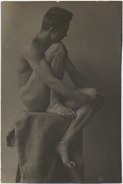 fp6430(Nude_Man_Pedestal_Knee)