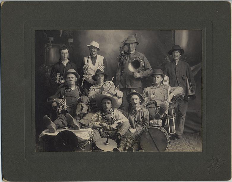fp4224(McCaleb_GP_FarmersBand_StrawHats_MusicalInstruments)