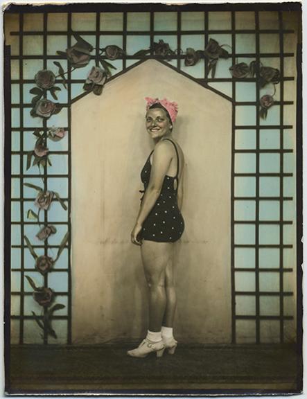 fp5076(AR-Woman_PolkaDotSwimsuit_PinkBathingCap)