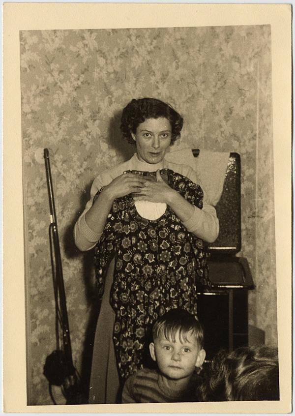 fp10285(Woman-Dress-Rifle)