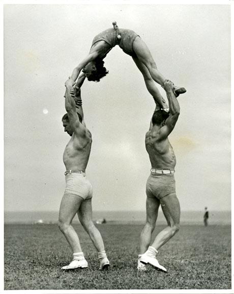 fp0670 (acrobats woman arched)