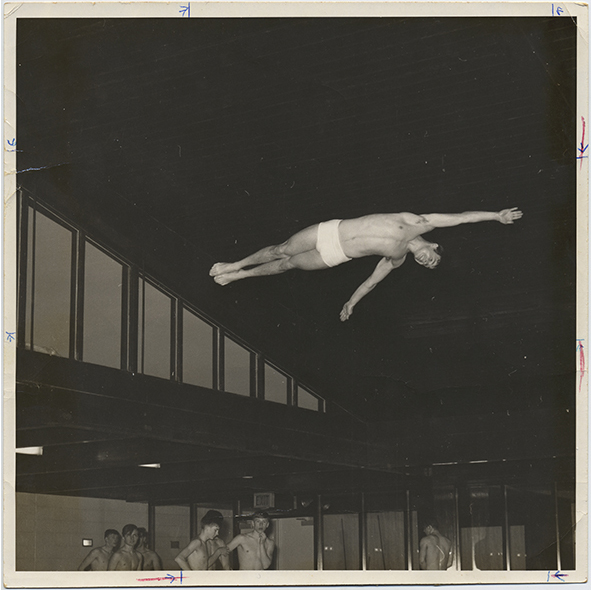 fp2651(HighSchoolSwimmingTeam_Diver_AirborneBodyStraight)