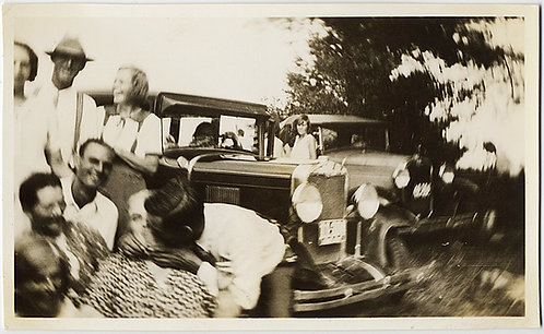 STUNNING! MAN SURPRISE KISSES WOMAN VINTAGE CARS LENS DISTORTION LAUGHING