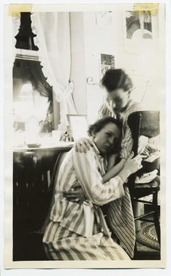 fp2404(TwoWomen_Hug)