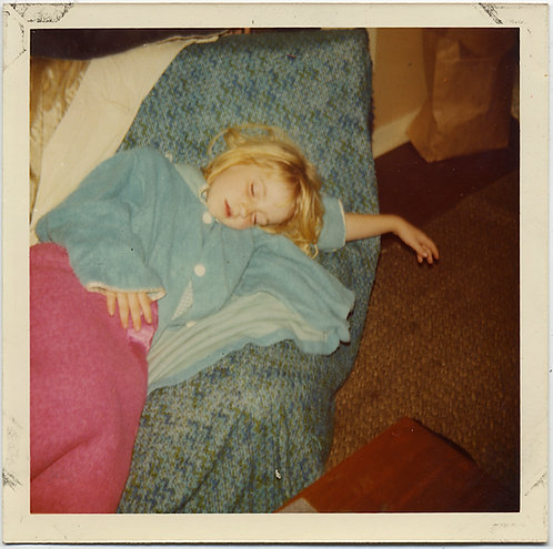 ANGELIC BLONDE CHILD YOUNG GIRL SLEEPS on SOFA EXQUISITE