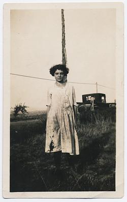 fp3411(YoungWoman_SoiledDress_Road)