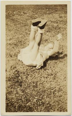 fp8898(Child-Legs-Grass)