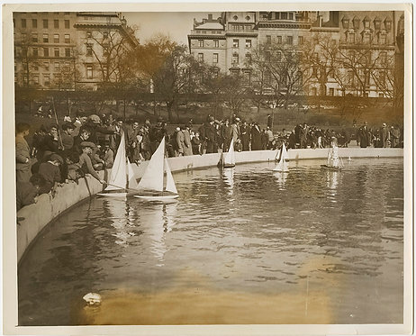 PRESS PHOTO CHILDREN SAIL PLAY GORGEOUS MODEL SAILBOATS in CENTRAL PARK NYC POND