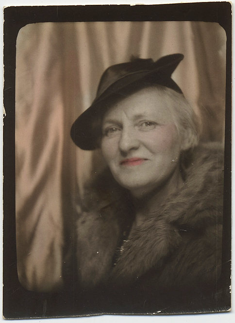 LOVELY HAND TINTED COLORED PHOTOBOOTH SMILING OLDER WOMAN PIERCING GAZE HAT FUR