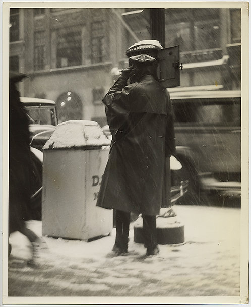 PRESS PHOTO WONDERFULLY ATMOSPHERIC POLICE PATROLMAN makes CALL in SNOW STORM NY