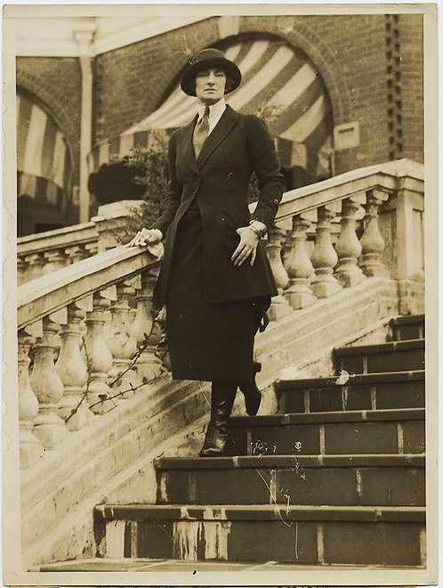 PRESS PHOTO ANDROGYNOUS STERN MANLY SOCIETY WOMAN POSES on STEPS Hot Springs VA
