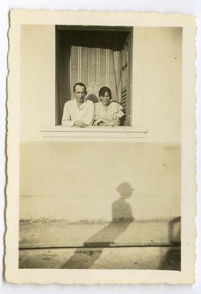 fp0381(WomanShadow&CoupleAtWindow)