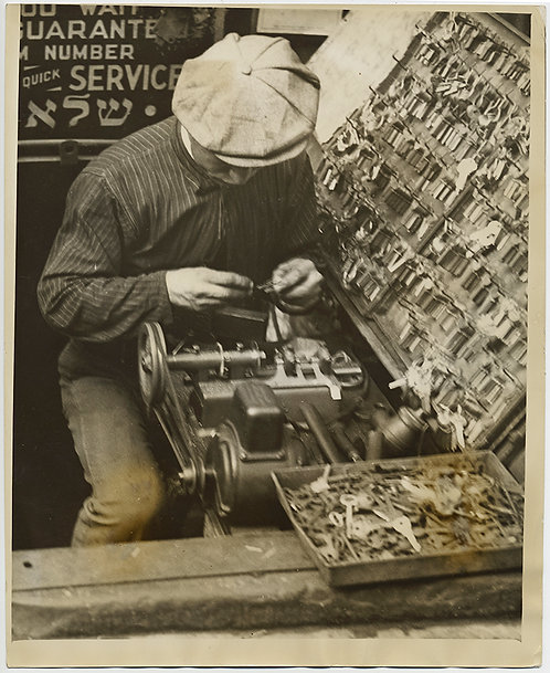 PRESS PHOTO LOWER EAST SIDE KEY MAKER YIDDISH JUDAICA NEW YORK CITY HISTORY