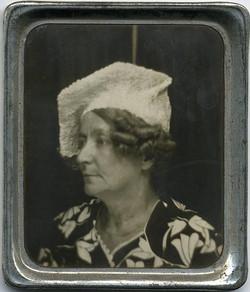 fp1871 (PM-Woman-Odd-Hat)