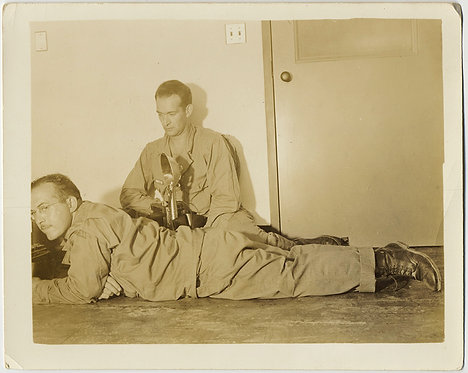 INTIMATE ARMY BUDDIES CHILL on FLOOR TOGETHER w VINTAGE GRAFLEX? CAMERA