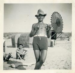 fp0743 (beach man w parasol)