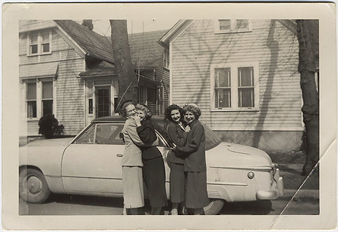 FABULOUS GAGGLE of GIRLFRIENDS INTIMATE WOMEN EMBRACE nr VINTAGE CAR LESBIAN INT