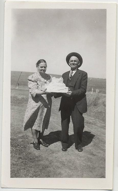 CUTE OLDER COUPLE CELEBRATE 50th WEDDING ANNIVERSARY w BIG WINDBLOWN CAKE