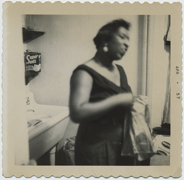 fp5176(Woman_AfricanAmerican_Laundry_SuperSuds)