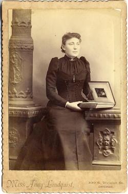 fp1682 (woman-photoalbum)