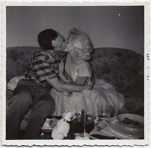 PASSIONATE KISSING 50's COUPLE BOTTLE BLONDE WOMAN LIP LOCK KISS on COUCH