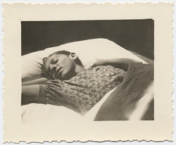 fp4442(YoungWoman_Sleeping_Bed)