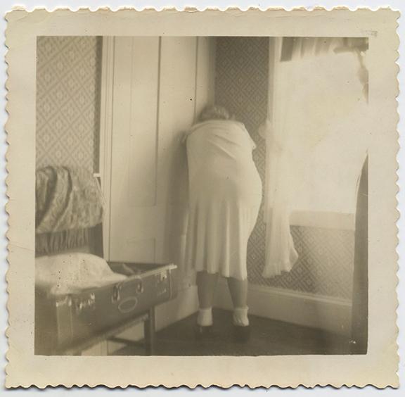 fp3960(WomanFacingCorner)