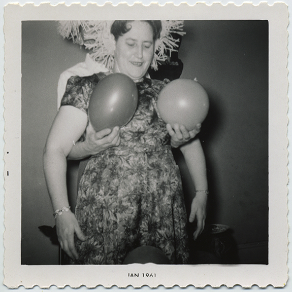 fp5721(Woman_Balloons_Breasts)
