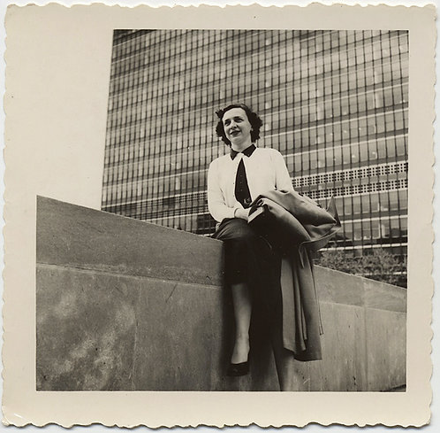 GREAT LOW ANGLE PORTRAIT WORKING WOMAN & MODERNIST BUILDING ARCHITECTURE