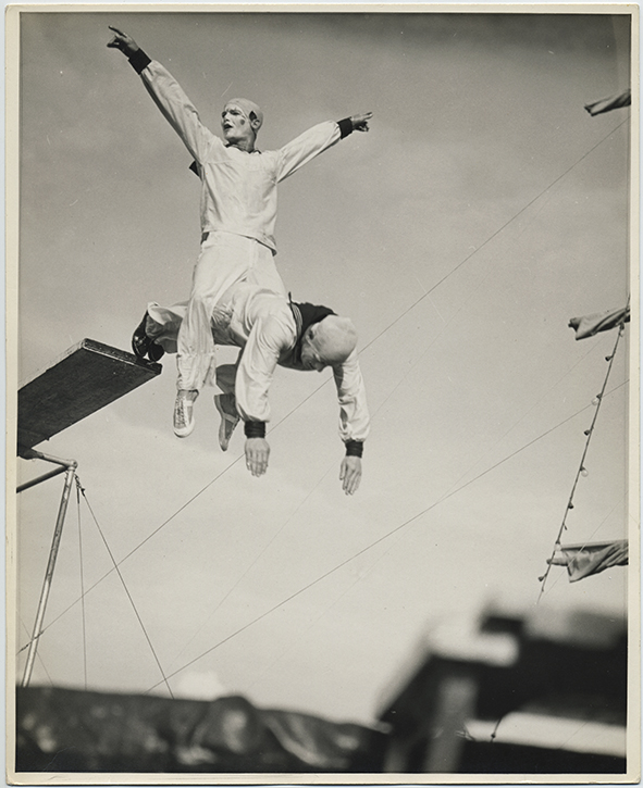 fp2641(CircusClowns_Acrobats_Diving_Straddle)