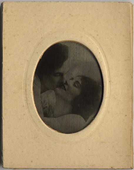 fp2180(Lenticular_WomenKissing)