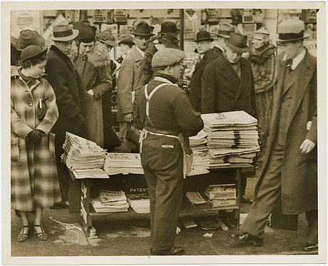 PRESS PHOTO NEW YORKERS SEEK NEWS fm PAPER SELLER EDWARD & Mrs WALLIS SIMPSON