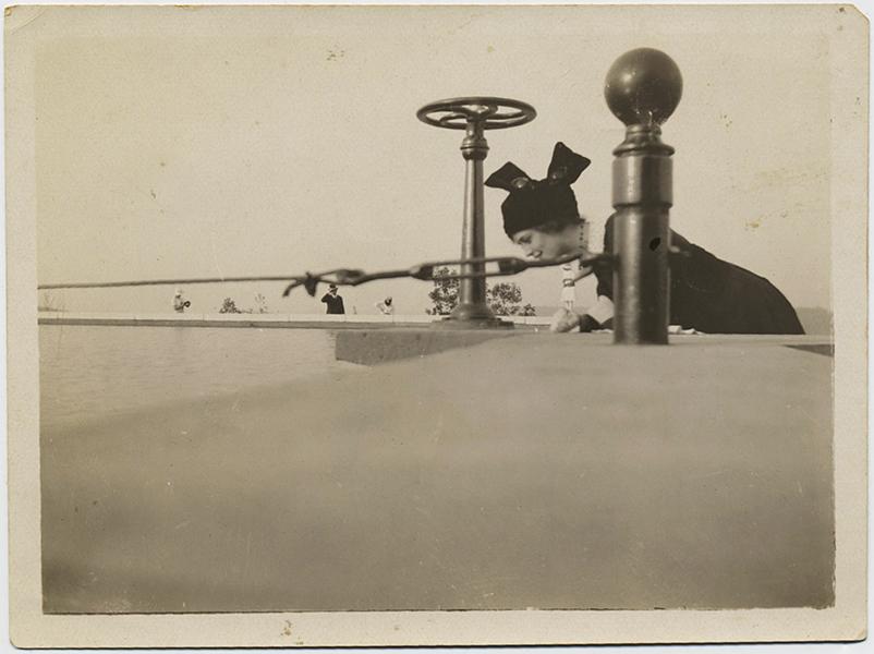 fp10363(Woman-Balustrade-Wheel)