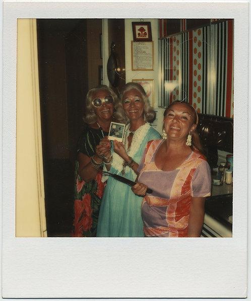 MID MOD BOTTLE BLONDE HOUSEWIVES GARISH MAKEUP w POLAROID in HIP HAPPY KITCHEN