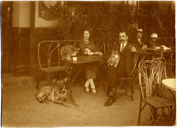 fp1249 (Cafe Couple w Animals)
